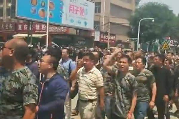 河南省漯河市には1~3日まで、全国各地から数千人の元軍人が集まった。元軍人らは、市政府が元軍人の家族らを拘束したことに抗議した(ネット写真)