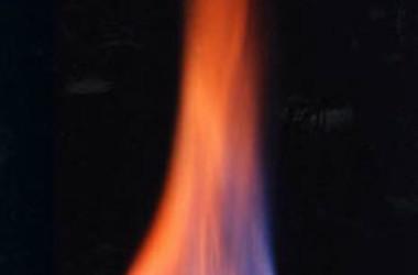 メタンと水に分離し燃えるメタンハイドレート(アメリカ地質調査所)