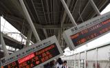 茨木駅のホームにつり下がっていた電光掲示板が破損(virtue_flash@twitter)