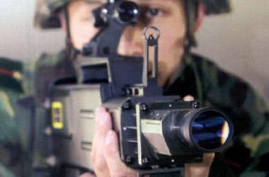 レーザー銃を構える中国人民解放軍兵士(China Military Online)