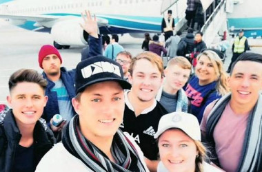 中国で英語教師として就労を約束されたはずの南アフリカの青年団だが、ビザ詐欺に遭っていたことがわかり、中国でパスポートを没収される(一団メンバーのTwitterより)