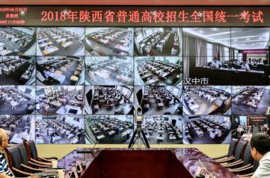2018年6月7日、中国陕西省西安で、一年に一度の全国大学入試(高考)が行われた。監視カメラで高校生たちの様子を監視する監視員(VOA)