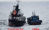 北朝鮮タンカーと国籍不明船。のちに中国国旗を掲揚した(防衛省)
