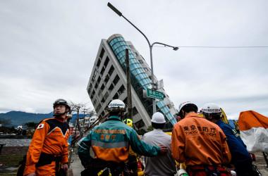 台湾花蓮地震の被災地入りした日本の救助隊。(ANTHONY WALLACE/AFP/Getty Images)