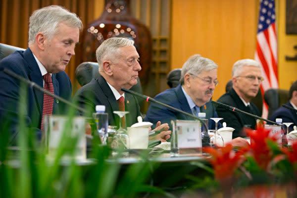 マティス米国防長官(左から2人目)は27日、中国北京で習近平国家主席らと会談した(Mark Schiefelbein/POOL/AFP)