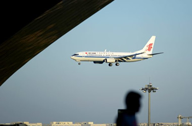 7月10日、香港発大連着の中国国際航空のCA106便は飛行中、高度1万1000メートルから4000メートルに急降下した事態となった。当局の発表では副操縦士が電子タバコを吸ったことが原因だという。写真は中国国際航空の旅客機(WANG ZHAO/AFP/Getty Images)