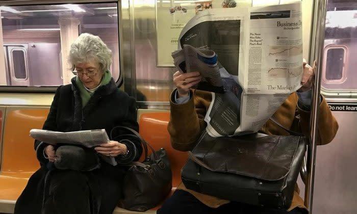 2017年2月、ニューヨーク市マンハッタンの地下鉄車内で新聞を読む人々(GettyImages)