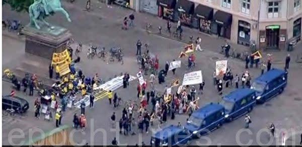 2012年、デンマーク警察当局は、中国訪問団が法輪功学習者や亡命チベット人らの抗議デモを見えないよう、4台の警察車両を配置した(林達/大紀元)