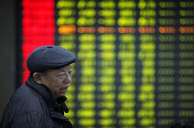 7月2日、中国の主要株価指数の上海総合は2800大台を割り込み、2年ぶりの安値を付けて引けた(Getty Images)