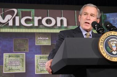 中国の裁判所はこのほど、米半導体メモリ生産大手マイクロン・テクノロジーに約26項目製品の中国での販売を差し止める仮の命令を下した。写真は2007年、マイクロン米国本社で講演を行うブッシュ元大統領の様子(KAREN BLEIER/AFP/Getty Images)