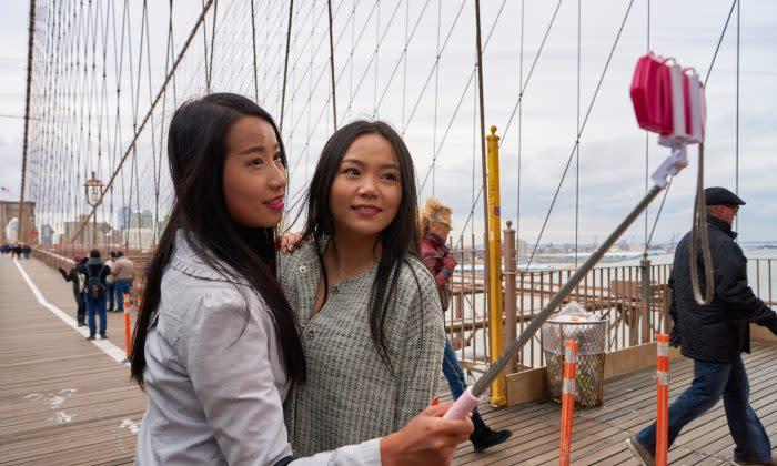 2016年3月、二人の中国人旅行者がニューヨーク市内で「自撮り」している (Sorbis/Shutterstock.com)