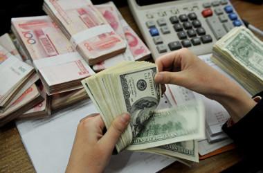 ロイター通信によると、米中貿易摩擦が激化する中、中国当局は一定の程度の元安を容認する姿勢を示した(STR/AFP/Getty Images)