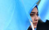 ドイツのブリュッセルで4月28日、中国当局により拘束されたウイグル族の解放を求めるデモンストレーションが行われた(EMMANUEL DUNAND/AFP/Getty Images)