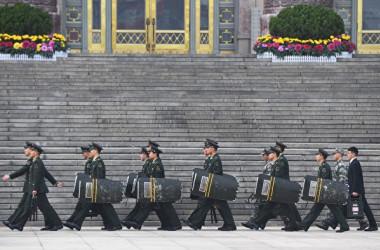 中国最高指導部に「政変」が起きたとの噂が広がっているなか、習近平国家主席が19日から28日までの日程で中東・アフリカ各国を訪問すると発表された。写真は党中央弁公庁警衛局の軍人ら( AFP PHOTO / GREG BAKER)