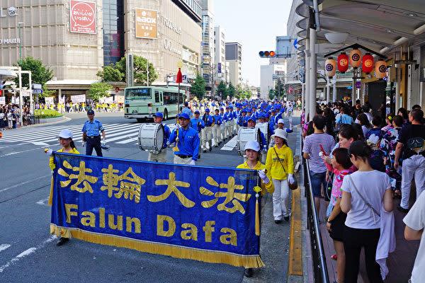 日本全国各地から集まった法輪功愛好者は7月15日京都市の中心部で、中国での弾圧の実態を伝えるためパレードを進行した(盧勇/大紀元)