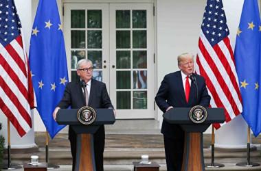 トランプ米大統領とユンケル欧州委員会委員長は25日、自動車を除く工業製品に対する「貿易障壁撤廃、ゼロ関税、ゼロ政府補助金」へ向けて取り込むことで合意した(Samira Bouaou/The Epoch Times)