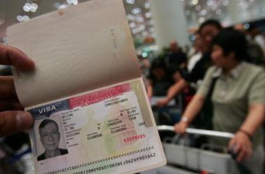 米政府はこのほど、中国へのハイテク技術流出を防止するため、中国人研究者らの入国査証発給規制を強化した(China Photos/Getty Images)