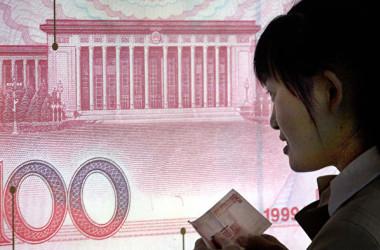 人民元相場は対ドルで下落を続けている。30日の上海外国為替市場では、元相場は一時1ドル=6.84元台を割った(GOH CHAI HIN/AFP/Getty Images)