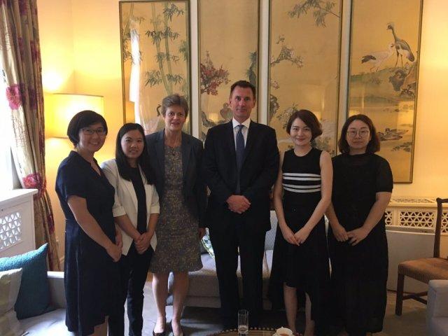 拘束された王全璋弁護士の妻・李文足さん(右から2番目)はツイッターで、7月30日に訪中している英ハント外相とバーバラ・ウッドワード在中国英国大使と面会したことを明かした(李文足さんツイッターより)