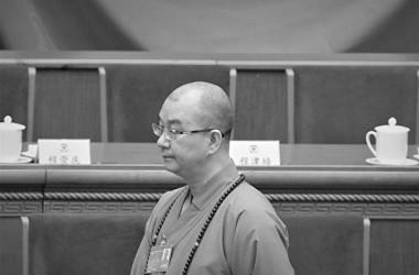 中国ネット上ではこのほど、元関係者が北京市にある龍泉寺住職の釈学誠住職が女性出家弟子に対して性的暴行をしたと告発した。写真は2014年全国政治協商会議に出席した釈学誠(WANG ZHAO/AFP/Getty Images)