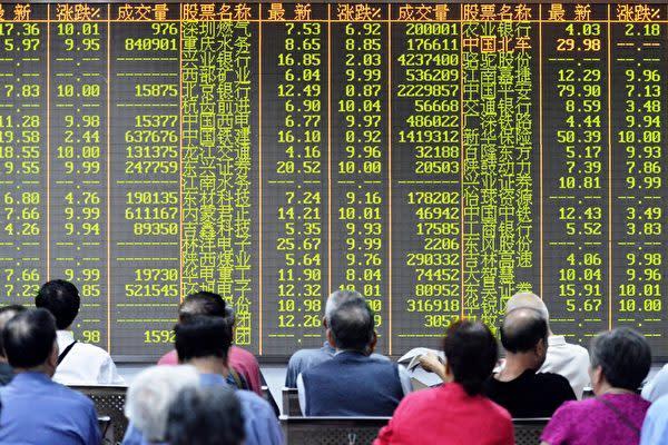 中国当局が7月31日に景気安定を図り、積極的な財政政策と緩和的な金融政策などを打ち上げたが、国内株市場では上海総合が1日と2日に下落し続けた(AFP/Getty Images)