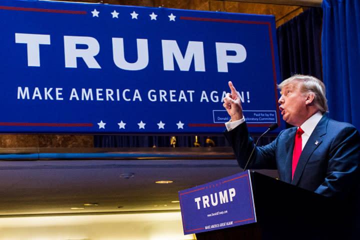 先月中旬、米露首脳会談後に米メディアがトランプ大統領を痛烈に批判したが、その後に行われた世論調査ではトランプ大統領への支持率は大きく下落することはなくやや上昇したことがわかった(Photo by Christopher Gregory/Getty Images)