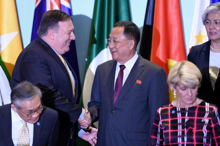 8月4日にシンガポールでひらかれた東南アジア諸国連合(ASEAN)地域フォーラムに出席した、米マイク・ポンペオ国務長官と北朝鮮リ・ヨンホ外相が握手を交わす(MOHD RASFAN/AFP/Getty Images)