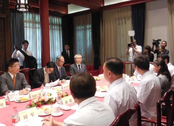 7月25日、北京にある中日友好医院を視察する加藤勝信厚生労働大臣およびWHO西太平洋事務局次長・葛西健氏ら11人の一行(厚生労働省より引用)
