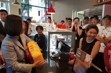 米ロサンゼルスの台湾系コーヒーショップで店員と接する蔡英文総統(台湾民進党蔡適応議員のFacebook)