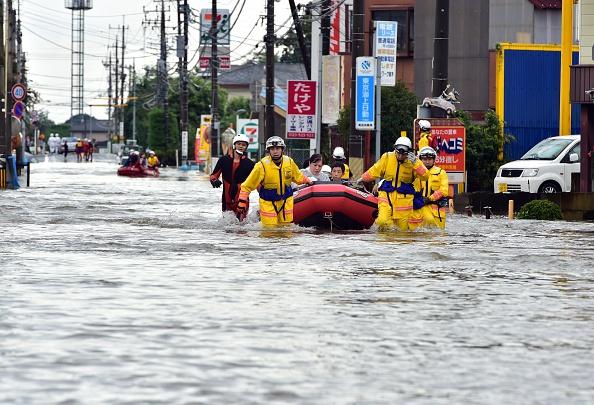 10日、ボートで救助された栃木県小山市の住民(YOSHIKAZU TSUNO/AFP/Getty Images)
