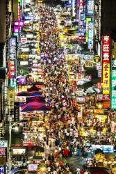 高雄の六合夜市 (台湾観光局提供)
