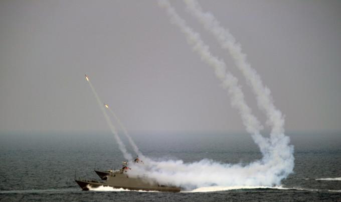 台湾海軍の軍事演習。2013年 (SAM YEH/AFP/Getty Images)