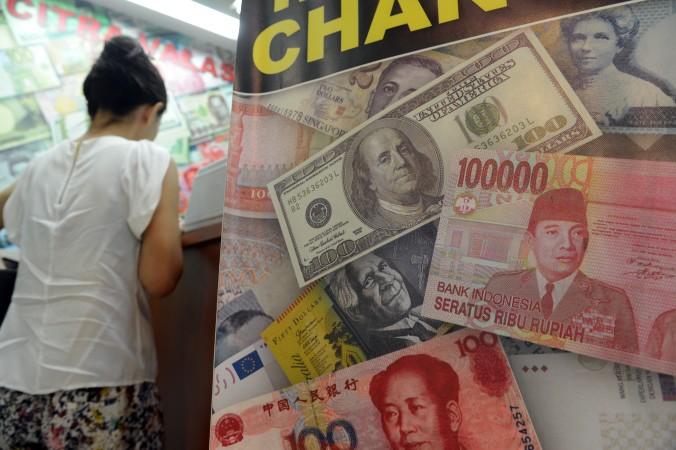 対ドルで下落する中国人民元 (ROMEO GACAD/AFP/Getty Images)