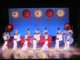 八千代座の舞台で優雅な山鹿灯籠踊りを披露