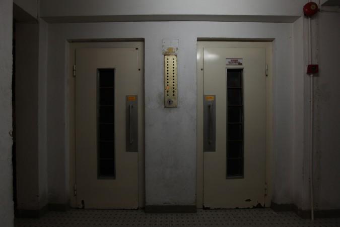 どこにも有りそうな古い住居用エレベータ。本記事とは無関係 (aaron tam/AFP/Getty Images)