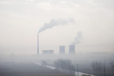 MITの研究チームが細菌利用で工場からの排ガスを燃料に変える技術を開発、上海郊外で行った小規模な実験で成功を収めた。写真は河北省の火力発電所(FRED DUFOUR / AFP)