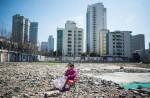 上海の空き地で遊ぶ女の子(JOHANNES EISELE/AFP/Getty Images)