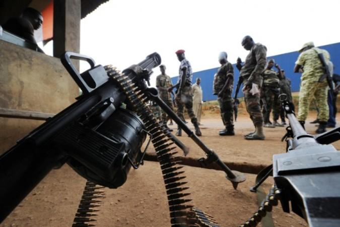 ストックホルム国際平和研究所は、世界各国が各々の防衛費を1割削減すれば、世界が15年以内に撲滅すべき貧困と飢餓の目標を達成できるという研究結果を発表した(SIA KAMBOU/AFP)