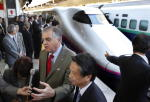 JRの新幹線を視察する外国政府高官 (Shizuo Kambayashi-Pool/Getty Images)