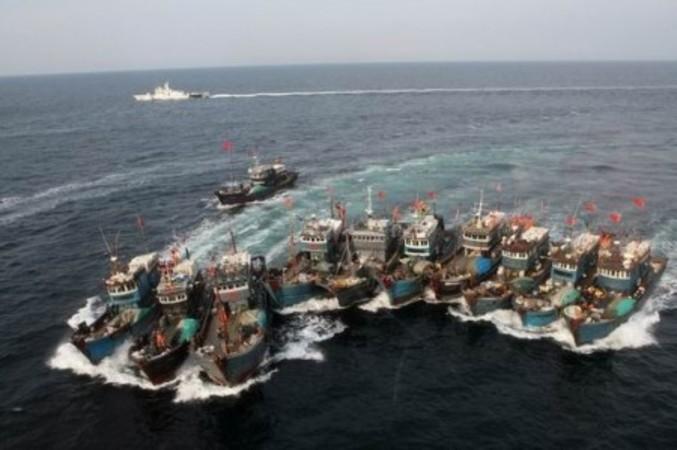 隊列を組んで違法操業する中国漁船。大きな船に見立て、現地の海上警察に対抗し、効率よく底引き網を使うことが目的(韓国海岸警察)