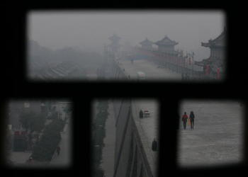 霧の中の西安古城壁 (/Getty Images)