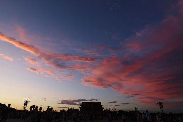2013年7月、スモッグが去り夕日が映る天安門広場の空。習近平主席は宗教工作会議で、宗教の自由と法治強化を言及した(Li Feng/Getty Images)