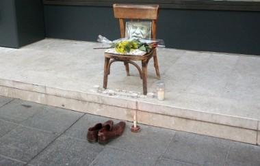 靴磨きのミソおじさんが座っていたイスと彼の遺影(ELVIS BARUKCIC/AFP/Getty Images)