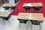 一人ひとりの生徒の机にメッセージが書かれている(Facebook)