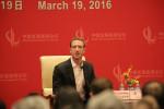 第19回共産党大会を終え1週間も経たぬうちに、マーク・ザッカーバーグ氏は習近平氏出席の年次会合に姿を見せた。写真は、2016年に3月に訪中し中国発展ハイレベルフォーラムに参加した同氏(Getty Image)