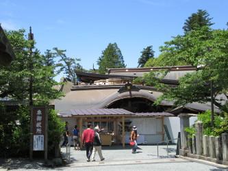 崩壊した阿蘇神社の楼門(佐吉 撮影)