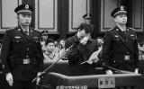 2015年12月25日、元共産党広州市委書記万慶良が、1億元以上の収賄罪で南寧市中級裁判所で公判を受けた時、悲痛な涙を流し全ての罪を認めた(ネット写真)
