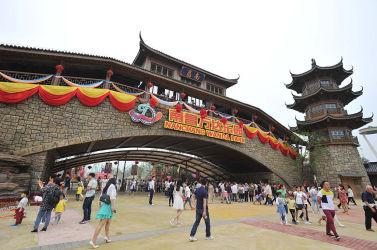 開幕ひかえた上海ディズニー 中国富豪は「20年赤字続く」と強気な発言。写真は5月28日に開園した万達文化旅遊城(ワンダシティ)(STR/AFP/Getty Images)