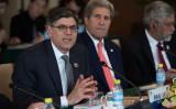 米国ジェイゴフ・ルー財務長官(左)とジョン・ケリー国務長官(右)(NICOLAS ASFOURI/AFP/Getty Images)