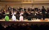 神韻交響楽団の初来日公演が9月15日に決定。写真は米ニューヨークのカーネギー・ホールで2014年10月、二胡の三演奏者による演奏(Dai Bing/Epoch Times)